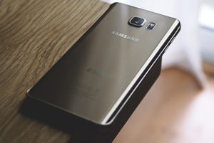Questa immagine ha l'attributo alt vuoto; il nome del file è Sostituzione-batteria-Samsung-Galaxy-S7-300x201.png